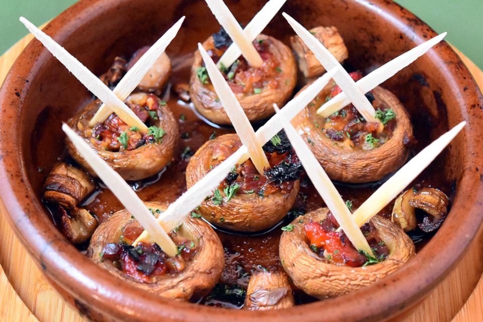 スペイン産生ハムを詰めたマッシュルームのオーブン焼き